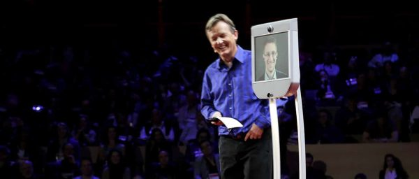 Beam pro Telepresence-Roboter on stage