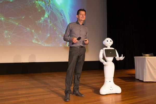 Robot with technology speaker on stage, Tom Ederveen